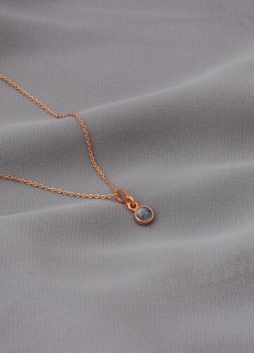 collar _ piedra luna _ oro _ tela gris