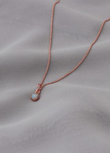 collar _ piedra luna _ rosa _ tela gris